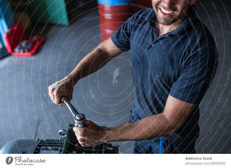 Mechanische Befestigung eines Kompressormotors Automechaniker Reparatur Mitarbeiter industriell Lokomotive Zerlegung Schraubenschlüssel Sperrriegel