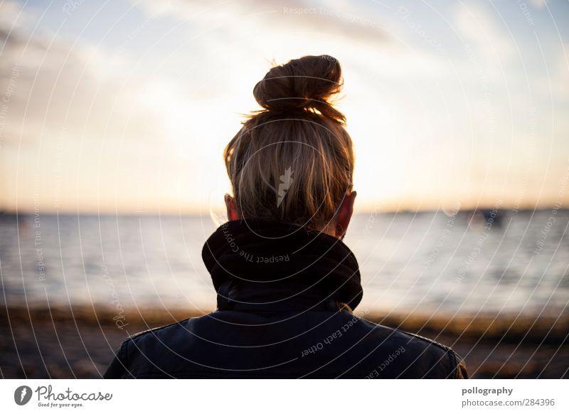 vorwärts blicken Mensch Frau Himmel Jugendliche Ferien & Urlaub & Reisen Wasser Sommer Sonne Meer Strand Wolken Erwachsene Ferne Junge Frau feminin Leben