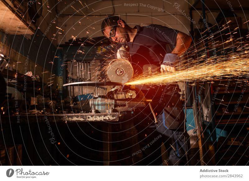 Arbeiter mit einem Winkelschleifer Mitarbeiter Metall Schleifmaschine Ecke Funken Technik & Technologie Kraft Industrie Stahl industriell Werkzeug elektrisch