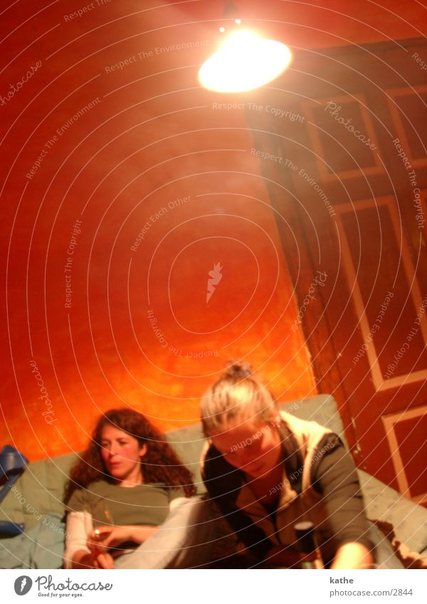 rotes zimmer 02 Frau Mensch rot orange Tür Sofa