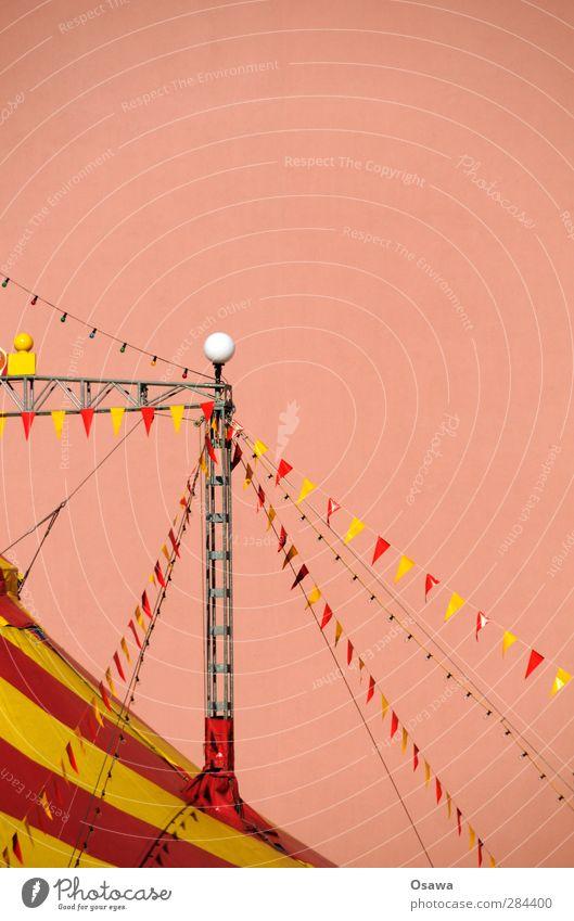 Zirkus Menschenleer Bauwerk Gebäude Architektur Zirkuszelt Pylon Dach mehrfarbig gelb rosa rot Fahne gestreift Zeltplane Abspannung Träger Brandmauer Hochformat