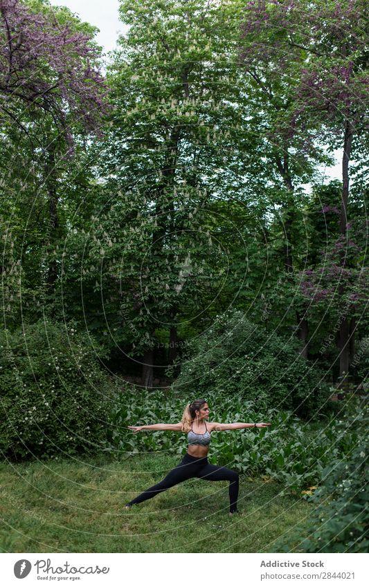 Schöne Frau beim Meditieren im Park Yoga Natur meditierend Erholung Gleichgewicht Gesundheit Konzentration grün Fitness stehen Körper Außenaufnahme Wellness