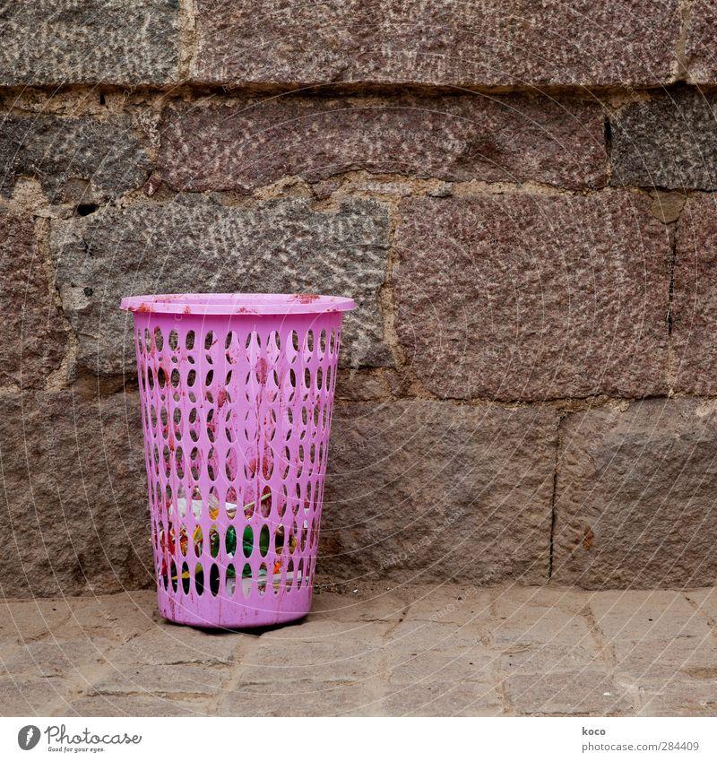 Hast a la Mista, Baby? Wand Mauer Sand Stein braun rosa dreckig einfach Sauberkeit Kunststoff Müll trashig frech Container Müllbehälter Reinheit