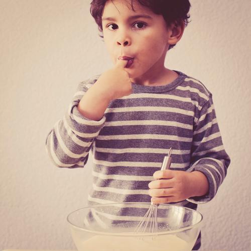 erwischt Mensch Kind Freude Junge Essen braun Kindheit authentisch Häusliches Leben süß Kochen & Garen & Backen Neugier genießen festhalten violett lecker