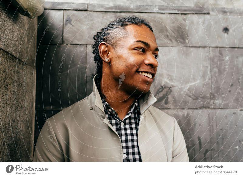 Junger zufriedener Mann im stylischen Outfit trendy Menschliches Gesicht Afrikanisch Porträt selbstbewußt maskulin Stadt Stil modisch gutaussehend Straße