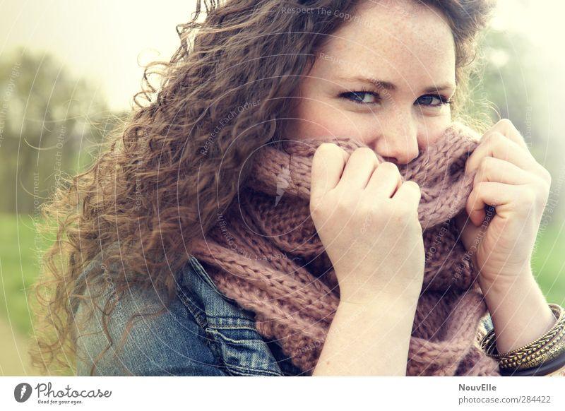 I can feel you. schön Liebe Gefühle Glück Zufriedenheit Warmherzigkeit Sicherheit Romantik Lebensfreude Vertrauen Locken brünett Verliebtheit Schal Accessoire Jeansjacke