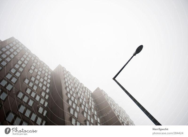 Ministerium für niedere Mathematik schön Fenster dunkel Architektur grau Gebäude braun Fassade Nebel modern Hochhaus ästhetisch trist bedrohlich gruselig