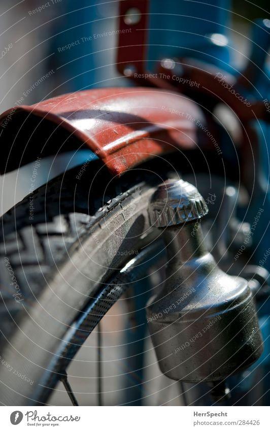 Makro-cyclotisch Fahrrad alt ästhetisch nah schön grau rot schwarz vorderreifen Reifen Reifenprofil Fahrraddynamo Speichen Generator Energiewirtschaft