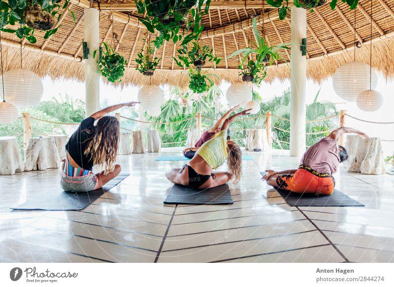 Gruppe junger Menschen übt Yogakurs im Surfcamp auf Bali. Lifestyle Gesundheit sportlich Fitness Wellness Meditation Ferien & Urlaub & Reisen Sommer Insel