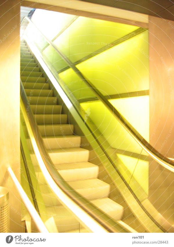 escalator Rolltreppe Wand grün Licht Architektur Beleuchtung Treppe