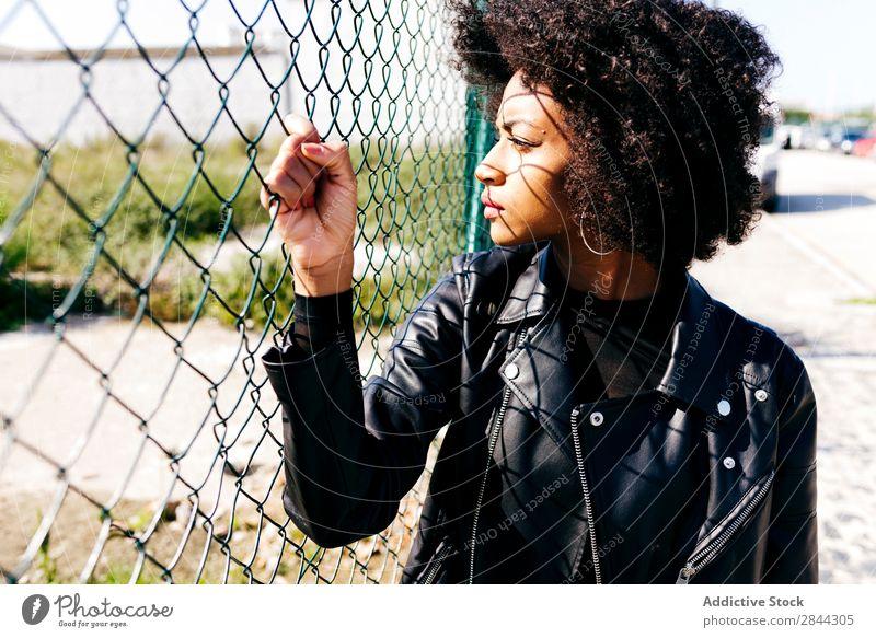 Trendiges schwarzes Mädchen auf der Straße Frau einzigartig Körperhaltung Jugendliche Stil Afrikanisch Zeitgenosse Menschliches Gesicht Model Bekleidung modisch
