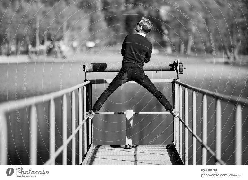 Fluchtpunkt Mensch Natur Jugendliche Wasser ruhig Landschaft Erwachsene Umwelt Leben Wege & Pfade Freiheit Junger Mann See 18-30 Jahre Zeit träumen