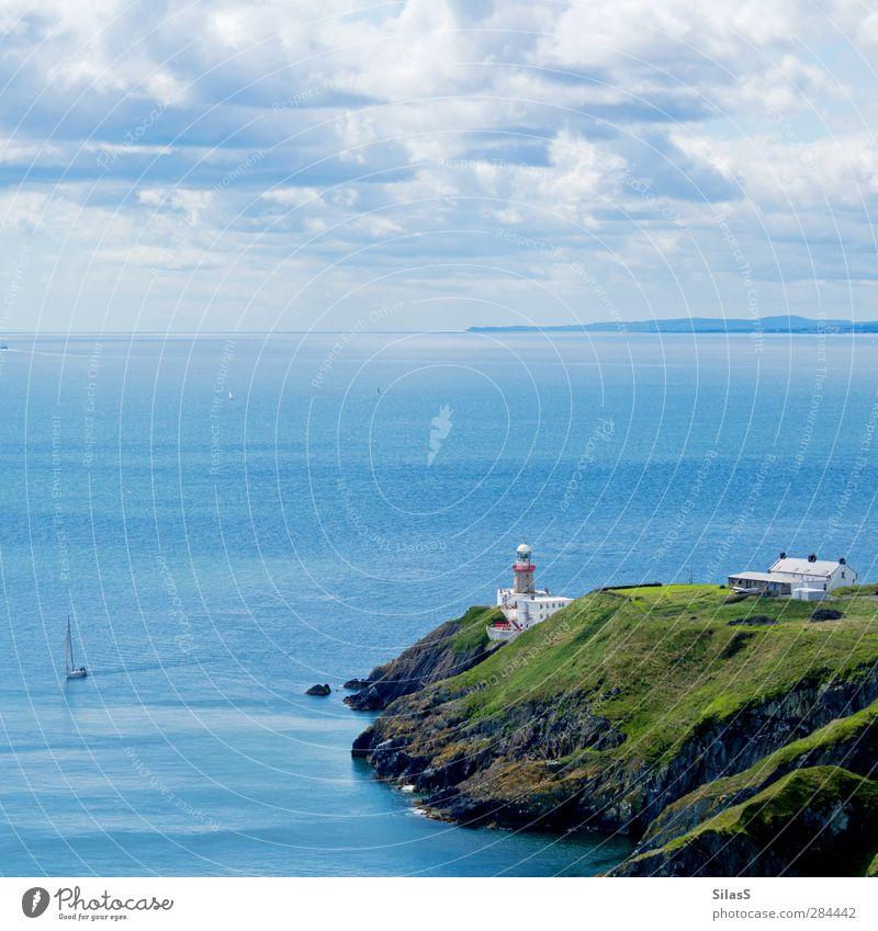 Urlaub auf der Insel Natur Himmel Wolken Sommer Felsen Wellen Küste Meer Klippe England Haus Leuchtturm Segelboot blau grau grün rot weiß Farbfoto Außenaufnahme