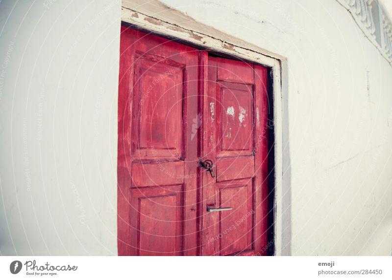 the red door Dorf Haus Einfamilienhaus Mauer Wand Fassade Tür rot weiß Tor Farbfoto Außenaufnahme Textfreiraum links Textfreiraum rechts Hintergrund neutral Tag