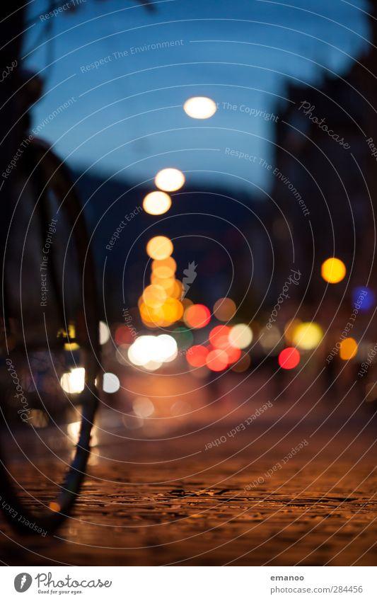 night ride. Himmel Stadt rot Farbe gelb dunkel Straße Sport Bewegung Stein Lampe Fahrrad Verkehr fahren Fahrradfahren Straßenbeleuchtung