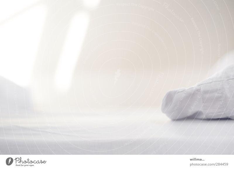 leeres Bett im Morgenlicht ruhig Häusliches Leben Schlafzimmer Bettlaken Kopfkissen hell Sauberkeit weiß Reinheit Erholung Menschenleer Gastfreundschaft