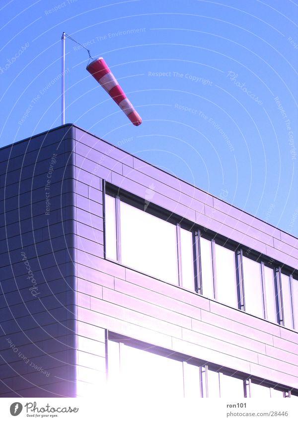 westwind Gebäude Windrichtung rot Fenster Architektur Ecke luftsack blau Himmel Sonne