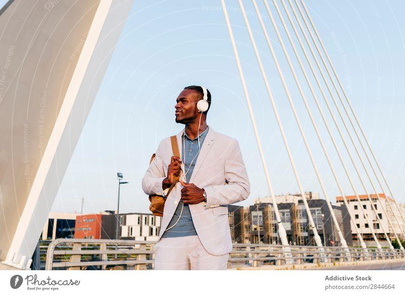 Stylisches Herrenmodell im Anzug mit Kopfhörer Mann Stil Stadt elegant Freiheit schwarz Freizeit & Hobby modern Sommer Technik & Technologie Erholung