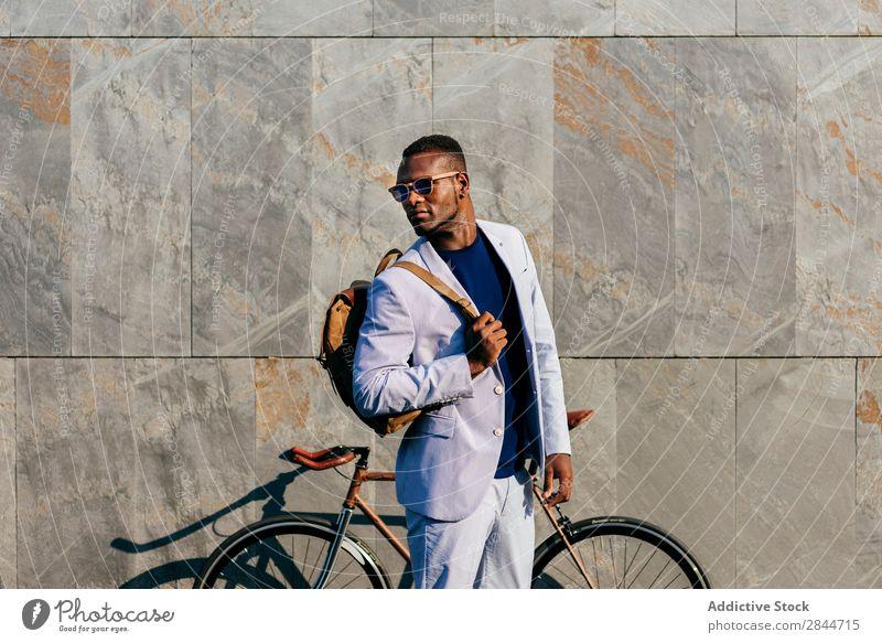 Trendy Mann mit Fahrrad auf der Straße Mode Stadt selbstbewußt formell schwarz Geschäftsmann stehen Afrikanisch Pendeln elegant Verkehr anhaben modisch Erfolg