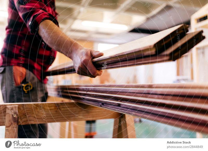 Unfokussierter Zimmermann, der Holz trägt. Mensch Zimmerer Werkstatt Stapel Schreinerei Arbeit & Erwerbstätigkeit Kunsthandwerker Handwerk Beruf Mitarbeiter