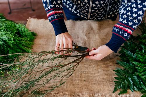 Getreideperson beim Schneiden von Zweigen Mensch Pflanze Ast Dekoration & Verzierung grün Jahreszeiten Haufen Leinen Stoff Hand Freizeit & Hobby Blumenstrauß