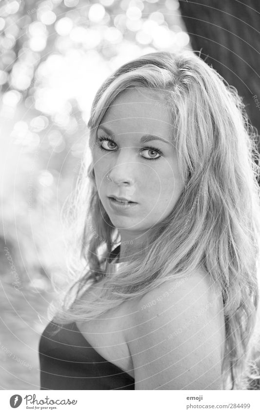 farblos feminin Junge Frau Jugendliche 1 Mensch 18-30 Jahre Erwachsene blond langhaarig hell schön Schwarzweißfoto Außenaufnahme Tag Schwache Tiefenschärfe