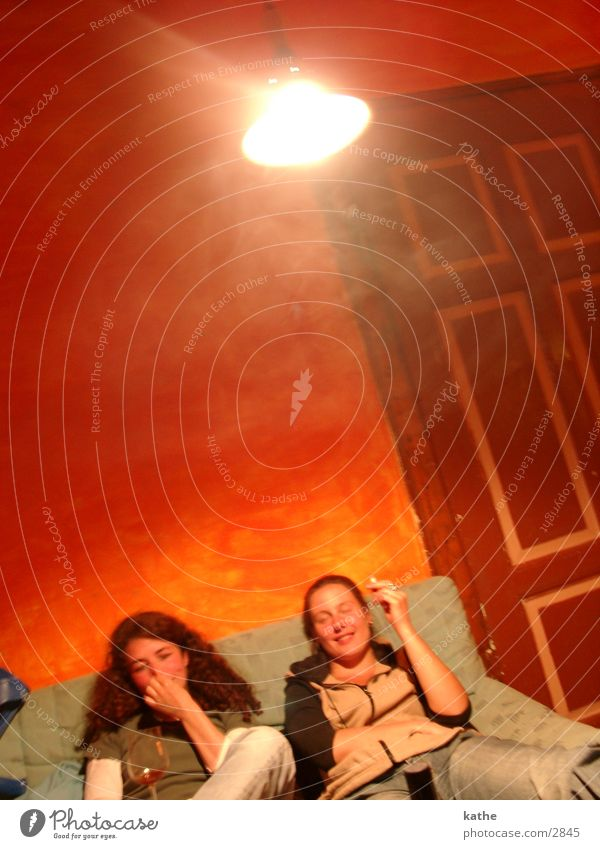 rotes zimmer 03 Frau Mensch rot Wand orange Tür Wohngemeinschaft