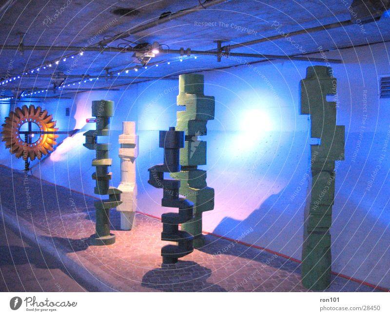 crankshaft blau orange modern Skulptur Kunstwerk Kunstausstellung Modern Art Ausstellungsraum