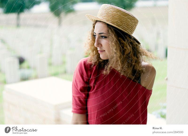 Hier sind sie geblieben... Junge Frau Jugendliche 1 Mensch 18-30 Jahre Erwachsene Mauer Wand Denkmal Hut Haare & Frisuren brünett langhaarig Locken sitzen