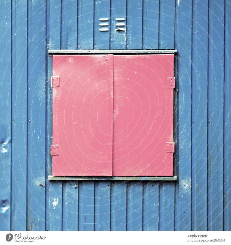 rot auf blau Haus Arbeitsplatz Baustelle Hütte Gebäude Mauer Wand Container Metall Stahl Linie dreckig Wellblechhütte Fenster geschlossen Schutz Beule Farbfoto