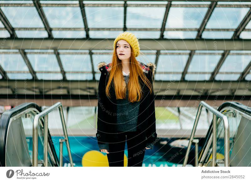 Junge hübsche Frau, die im Einkaufszentrum steht. Stadt stehen Kaufhof Jugendliche schön attraktiv Dame Mode Großstadt Lifestyle Porträt Mensch Beautyfotografie