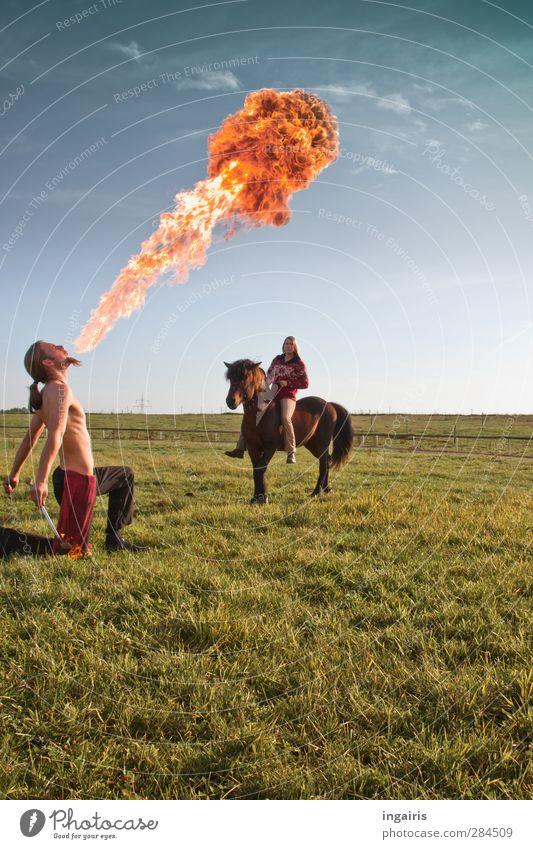 Feuerprobe 2 Freude Reiten Feuerschlucker Mensch maskulin feminin Körper Oberkörper Kunst Künstler Theaterschauspiel Kultur Landschaft Himmel Gras Wiese Pferd