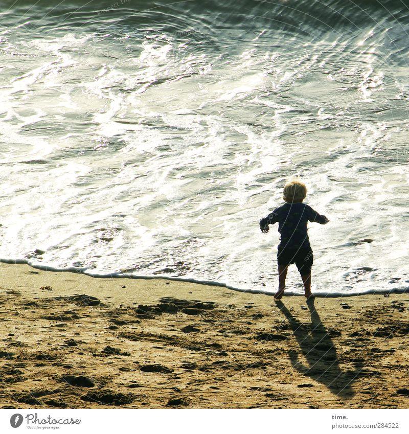 Die aufregende Entdeckung der Wasserkraft Kind Kindheit Leben 1 Mensch 3-8 Jahre Sand Schönes Wetter Wellen Küste Strand Meer Ärmelkanal beobachten Tanzen nass