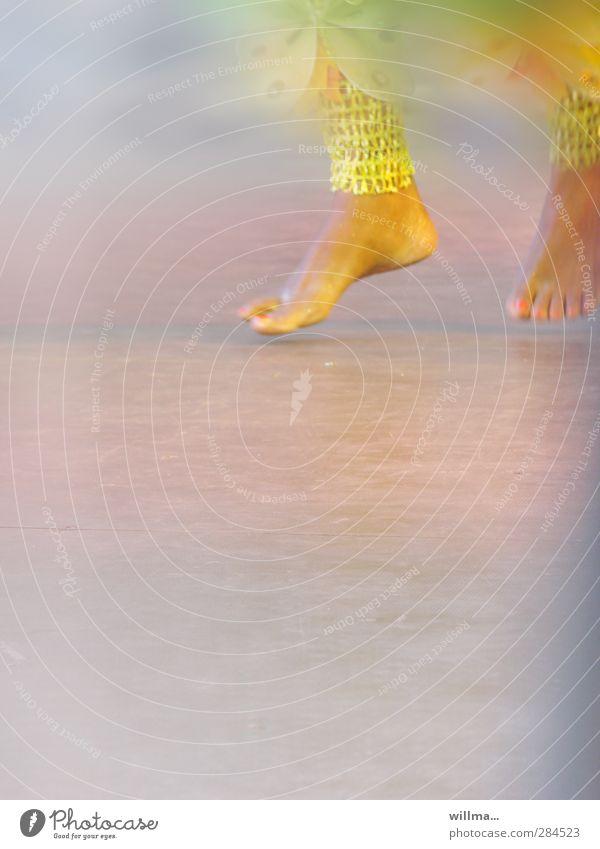 der vertreter Freude Freizeit & Hobby Fuß Beine Bühne Tanzen Tänzer Veranstaltung Show außergewöhnlich exotisch Bewegung Leichtigkeit Leidenschaft Kultur Barfuß
