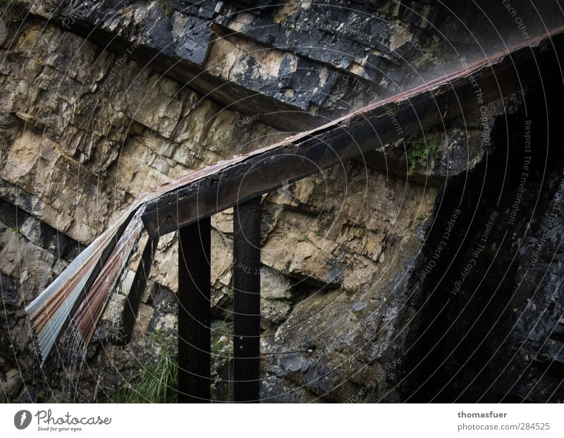 Regen auf dem rostigen Blechdach Ferien & Urlaub & Reisen Ausflug Abenteuer Berge u. Gebirge wandern schlechtes Wetter Felsen Metall Wasser kalt nass braun