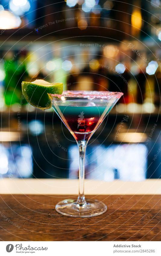 Cocktail am Tresen Bar Theke Alkohol trinken Glas Party Restaurant Eis Nachtleben Getränk Club Erfrischung Frucht Limone Ebene liquide Pub Nachtclub