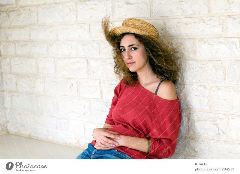 Gedenken Junge Frau Jugendliche 1 Mensch Wind T-Shirt Jeanshose Hut Haare & Frisuren brünett langhaarig Locken Denken sitzen schön rot weiß Gefühle Traurigkeit