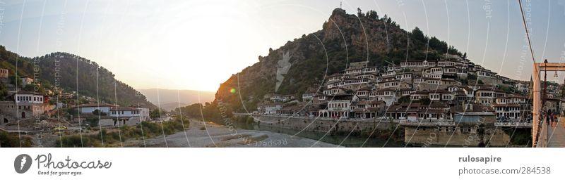 Berat, Albania I Tourismus Städtereise Sommer Sommerurlaub Hügel Flussufer Albanien Stadt Stadtzentrum Altstadt Haus Burg oder Schloss Brücke Gebäude