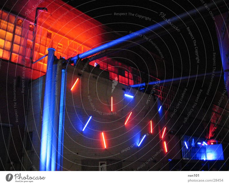 redblue Gebäude Fabrikhalle Beleuchtung Licht rot Lampe Neonlicht Architektur orange