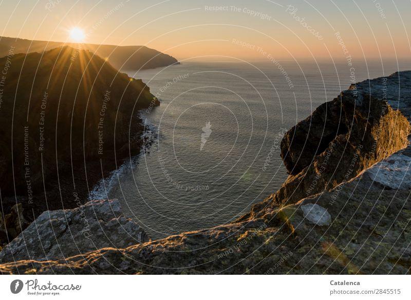 Auf und Untergänge Natur Landschaft Urelemente Wolkenloser Himmel Horizont Sonne Schönes Wetter Felsen Wellen Küste Strand Bucht Meer Klippe glänzend leuchten