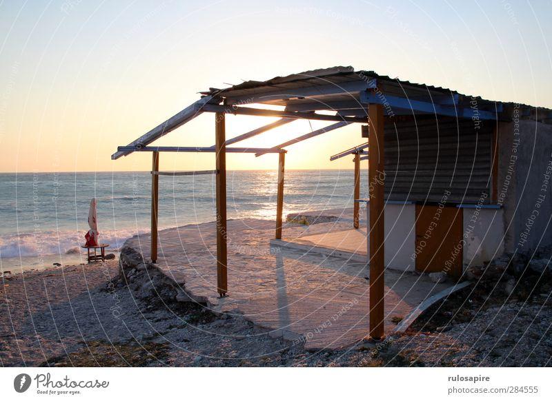 Strandhütte Himmel Ferien & Urlaub & Reisen alt Wasser Sommer Sonne Erholung Meer Einsamkeit Haus Küste Sand leuchten Wellen Armut