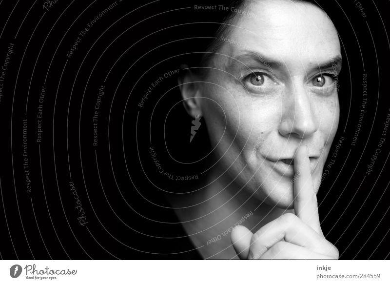 1 Stunde länger schlafen Mensch Frau ruhig schwarz Erwachsene Gesicht Leben Gefühle Stimmung Freizeit & Hobby Kommunizieren Neugier Freundlichkeit geheimnisvoll Gesichtsausdruck machen