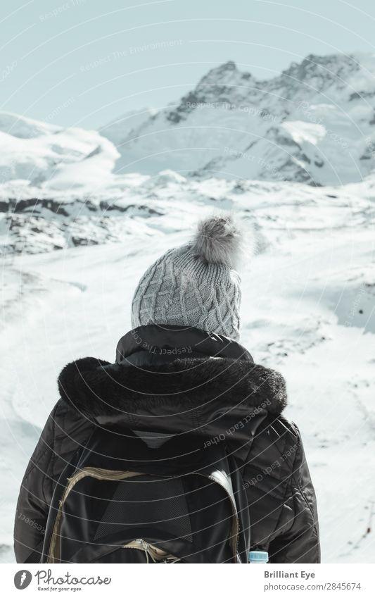 Vor den Bergen ist man klein Lifestyle Freizeit & Hobby Ferien & Urlaub & Reisen Ausflug Ferne Winter Schnee Winterurlaub Berge u. Gebirge wandern Mensch
