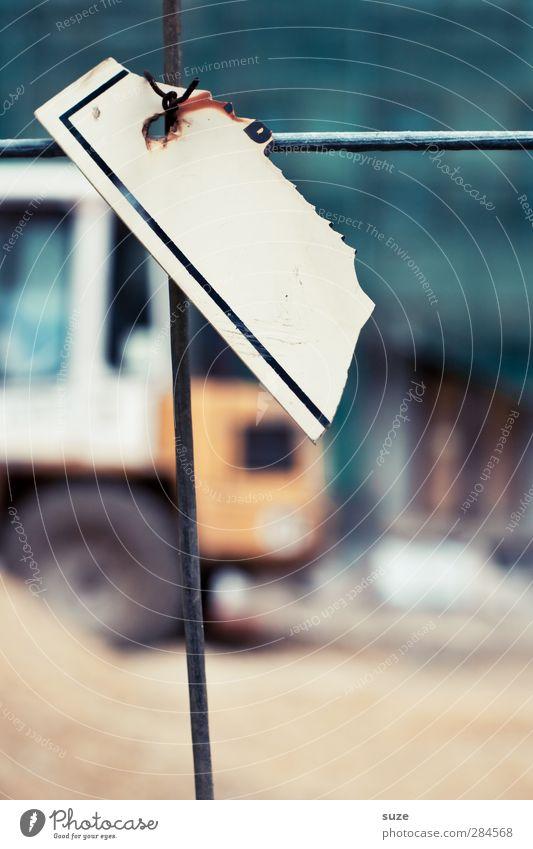 Haftpflicht Arbeit & Erwerbstätigkeit Baustelle Industrie Feierabend Verkehr Fahrzeug Kunststoff Zeichen Kreuz bauen alt authentisch dreckig kaputt trist
