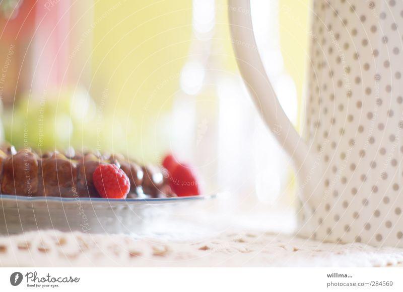 Heile Welt am Kaffeetisch Lebensmittel Kuchen Dessert Süßwaren Himbeeren Torte Kaffeetrinken Teller Kannen Krug Geburtstag Decke hell lecker gepunktet