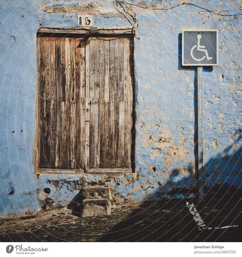 Behindertenparkplatz in La Orotava, Teneriffa Haus Gebäude Erholung Fassade Spanien Reisefotografie veraltet Farbfoto Außenaufnahme Menschenleer Tür Holz