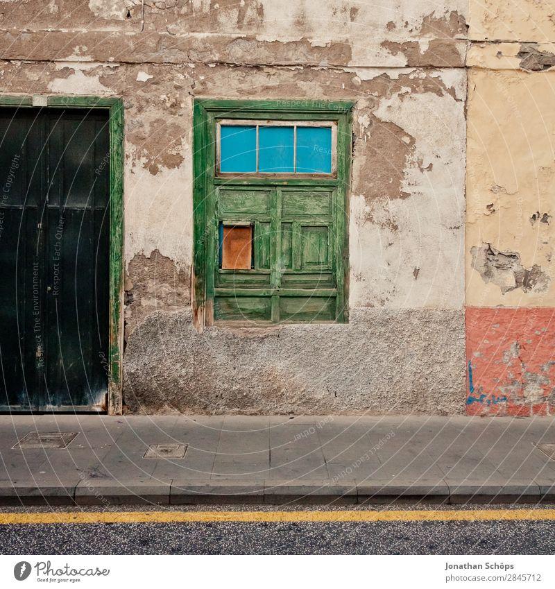 Fassade in La Orotava, Teneriffa Kleinstadt Stadt ästhetisch grün Straße Tür Fenster Fußweg Bürgersteig Geometrie einfach alt Putz Holzfenster Altstadt