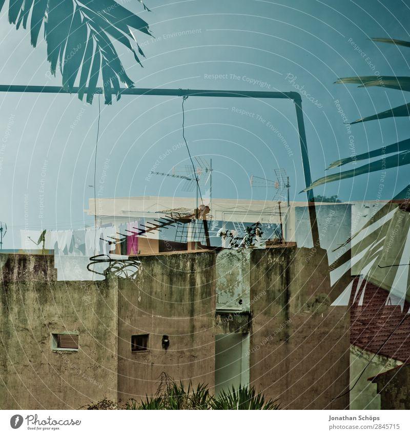 Mehrfachbelichtung in Puerto de la Cruz, Teneriffa Stadt Haus Gebäude Fassade blau Spanien Reisefotografie Dach Fernsehtechniker veraltet Farbfoto Außenaufnahme