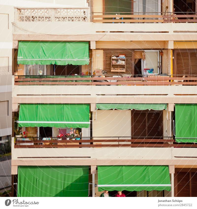 Balkone auf Teneriffa Stadt ästhetisch Häusliches Leben Puerto de la Cruz Hochhaus Balkondekoration Geometrie gleich grün Markise Geländer Stadtzentrum