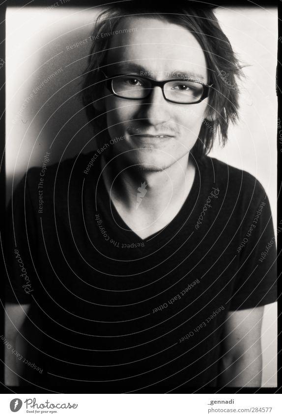 Ich will noch nicht... Mensch Mann Jugendliche Erwachsene Gesicht Haare & Frisuren Junger Mann 18-30 Jahre maskulin Lächeln T-Shirt Brille brünett langhaarig